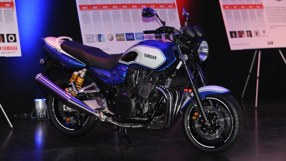 2014-Yamaha-XJR1300-DE-50ymg-Action-001_gal_worlds_full_tcm215-558832